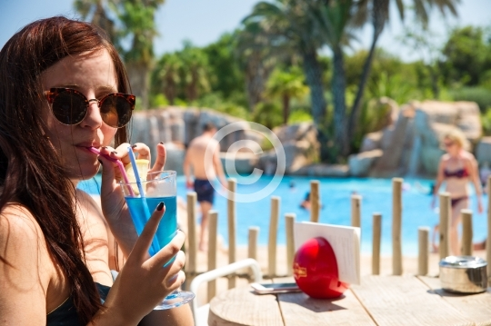 Dégustation de cocktail au bord de la piscine
